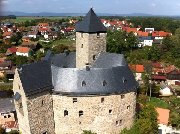 Die Burg Falkenberg überragt den zu Füßen liegenden Markt (Foto: Petra Wach für Markt Falkenberg)