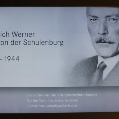 Vor dem Eingang zum MuseumBurg mit vielen Exponaten zum Andenken an Friedrich-Werner Graf von der Schulenburg zeigt ein 16-minütiger Film die Geschichte der Burg und des Grafen (Foto: Hans Eibauer)