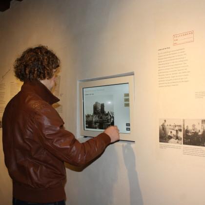 An Touchscreen-Bildschirmen erfahren die Besucher Details (Foto: Hans Eibauer)