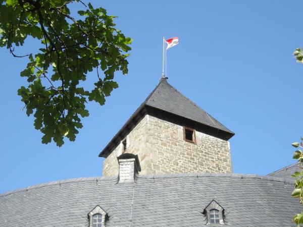 Am 29. August 2009 weht zum letzen Mal die Fahne der Grafen von der Schulenburg auf der Burg (Foto: Markt Falkenberg)