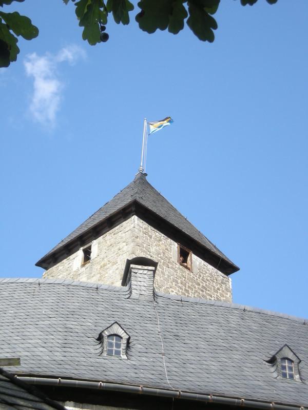 Seit 29.08.09 weht die Fahne des Markts Falkenberg auf der Burg (Foto: Markt Falkenberg)