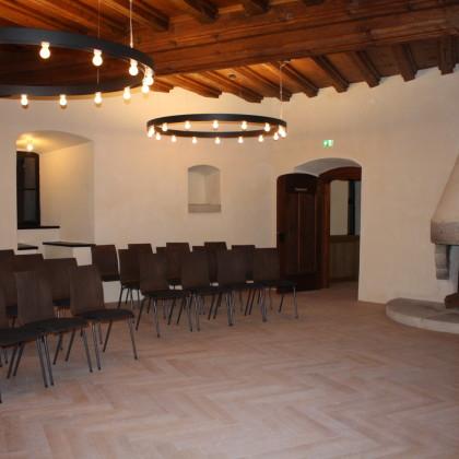 Blick in den Kapitelsaal von der anderen Seite, auch hier ein offener Kamin (Foto: Hans Eibauer)