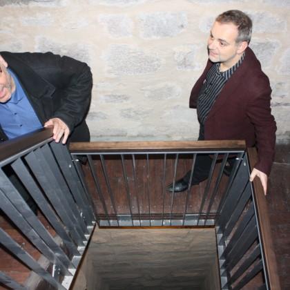 Über eine enge Treppe geht es im Burgturm nach oben (Foto: Hans Eibauer)