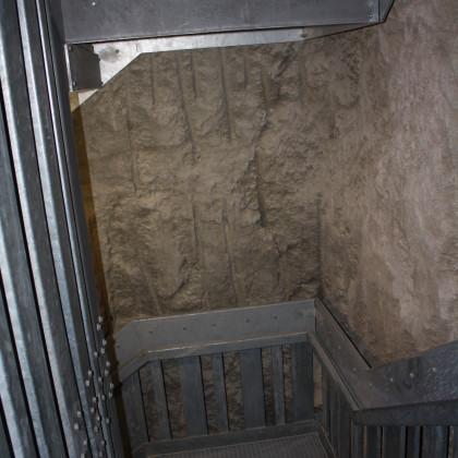Im Felsenschacht mit Stahltreppe und Aufzug geht es über 180 Stufen zum Fuß der Burg (Foto: Hans Eibauer)