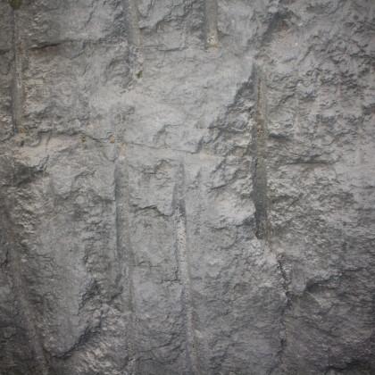 Im Felsenschacht liegt der Granit frei, die Sprengbohrlöcher sind zu sehen (Foto Eibauer)