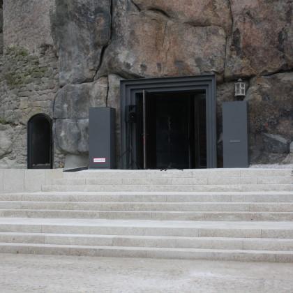 Ausgangsportal aus Stahl. Die davor liegende Granittreppe führt zum Platz vor dem TagungszentrumBurg und zur Waldnaab (Foto: Hans Eibauer)