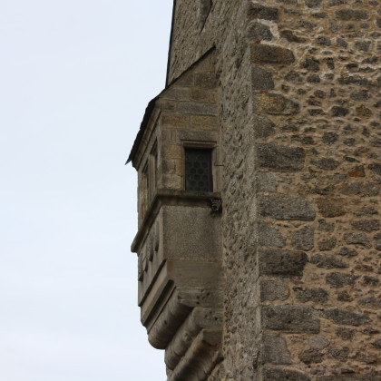 Bevor die Brücke betreten wird, wandert der Blick auf die Burg. Auffällig der Erker auf der Westseite (Foto: Hans Eibauer)