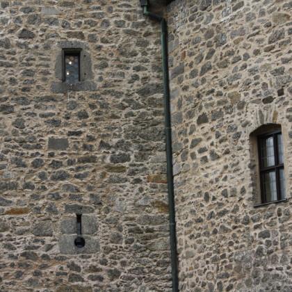 Die mächtigen Mauern der Burg werden nur von kleinen Fensteröffnungen unterbrochen. Auch eine Schießscharte ist zu sehen (Foto: Hans Eibauer)