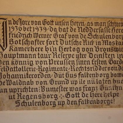 Tafel über der Burgtür aus Graf Schulenburgs Zeiten (Foto: Hans Eibauer)