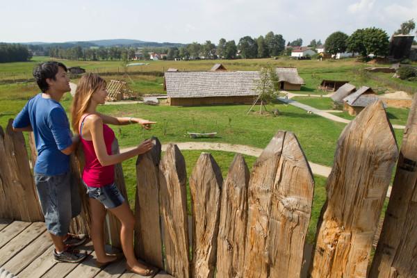Besucher im Geschichtspark Bärnau-Tachov (Foto: Tourismuszentrum Oberpfälzer Wald - Lkr. TIR) )