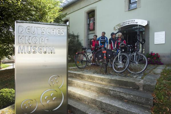 Radlergruppe vor dem Deutschen Knopfmuseum Bärnau (Foto: Tourismuszentrum Oberpfälzer Wald - Lkr. TIR - Freigabe vorhanden v. Tauber / Köhler)