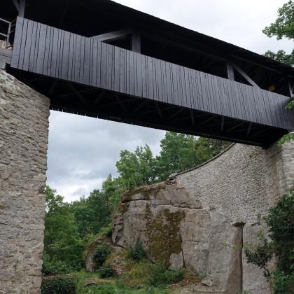 Über den Burggraben spannt sich die Holzbrücke mit dem Zugang vom Torhaus (Foto: Josef Eibauer)