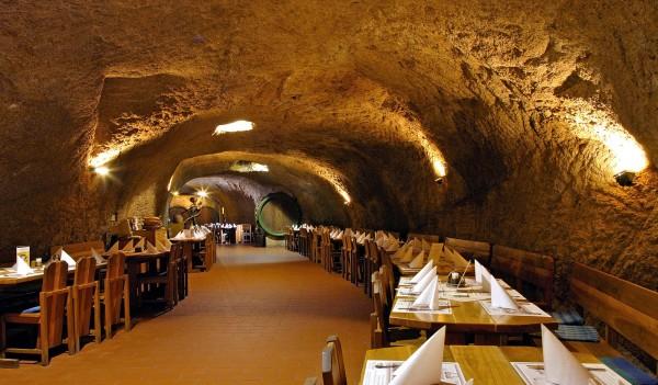 Das Restaurant in den Felsgewölben