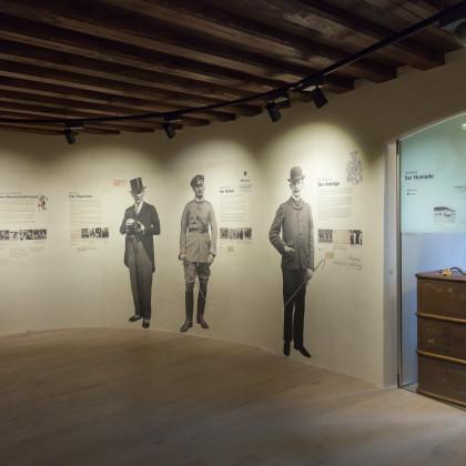Auf die Burgwand gedruckte, lebensgroße Fotografien und ausführliche Begleittexte machen den Rundgang zu einem besonderen Erlebnis.  (Foto: Dr. Helm)