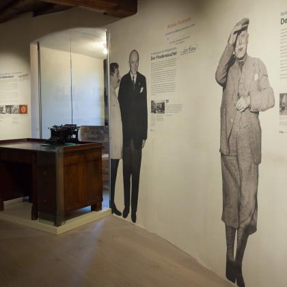Das Burgmuseum ist mit originalen Gebrauchsgegenständen aus dem Leben Schulenburgs bestückt - hier sichtbar sind sein Sekretär und seine Schreibmaschine.  (Foto: Dr. Helm)