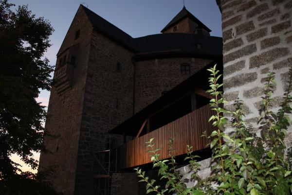 Der Zugang zur Burg führt vom Torhaus über eine Brücke zum Burgtor. Hier beginnt der Rundgang. Burg und Brücke im fahlen Abendlicht (Foto Eibauer)