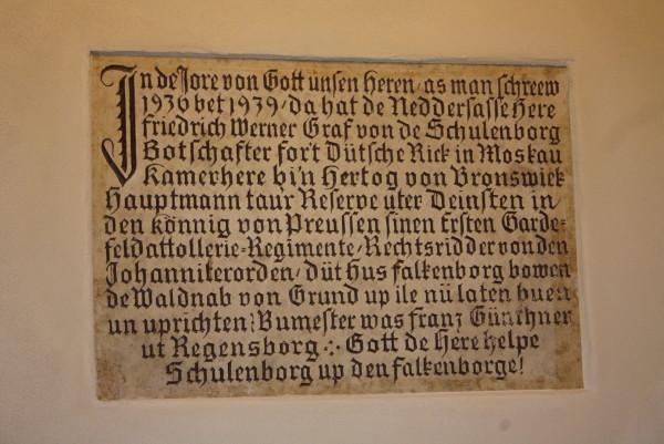 Inschrift über der Eingangstür (Foto: Eibauer)
