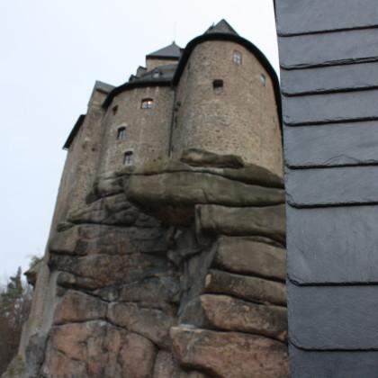 Am rechten Bildrand die Schiefertafeln der Außenfassade des TZB, dahinter die Burg Falkenberg (Foto: Hans Eibauer)