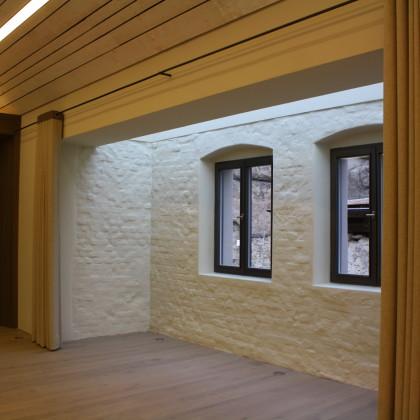 Nische im Brauhaussaal mit Fenstern zur Burg (Foto: Hans Eibauer)