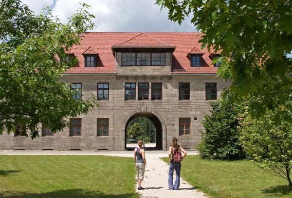 Eingangsgebäude der KZ-Gedenkstätte Flossenbürg (Foto: Tourismuszentrum Oberpfälzer Wald - Lkr. NEW)
