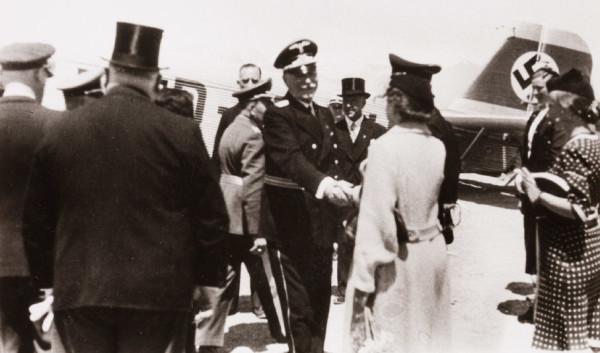 Perfekt auf dem diplomatiischen Parkett, hier als Vertreter des Dt. Reichs bei der Schahhochzeit 1939 (Reprofoto Doku FWS, Dr. Helm)