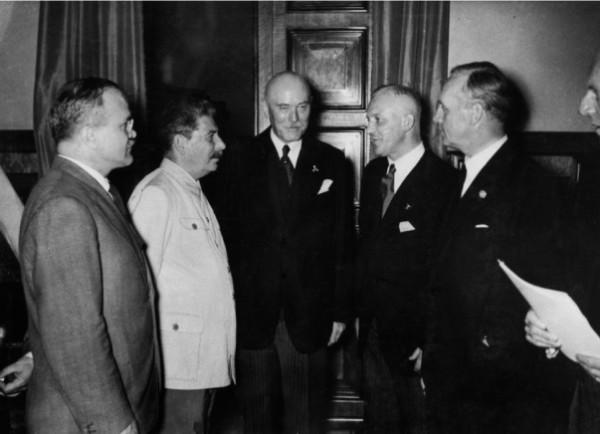 FWS (Mitte) mit Stalin (links neben FWS) vor Unterzeichnung des Nichtangriffpakts mit der Sowjetunion 1939 (Reprofoto Doku FWS, Dr. Helm)