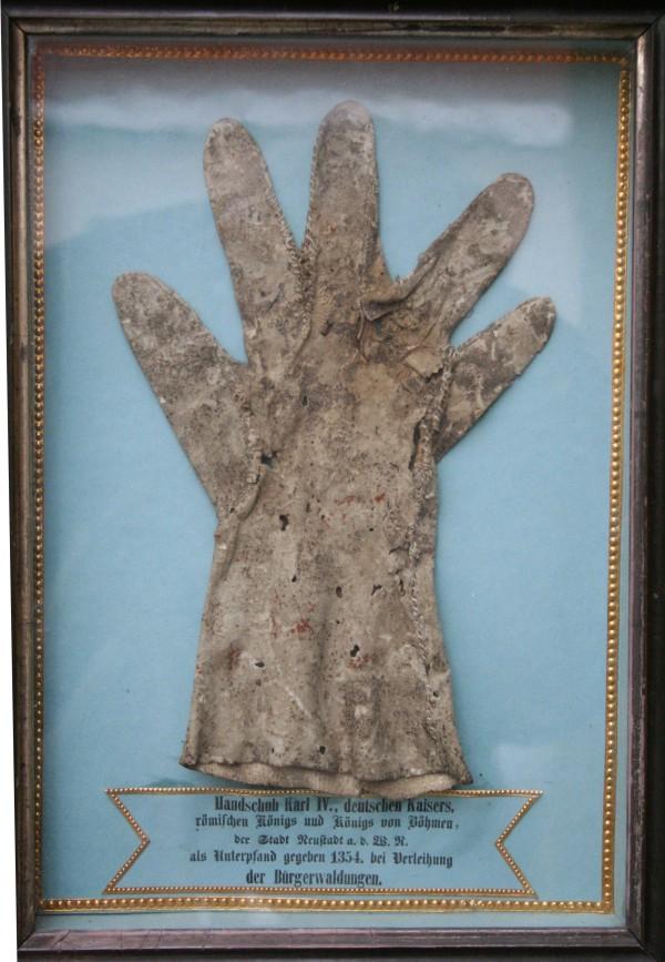 Handschuh Kaiser Karl IV., eines der wertvollsten Ausstellungsstücke im Stadtmuseum Neustadt / WN (Foto: Tourismuszentrum Oberpfälzer Wald - Lkr. NEW)