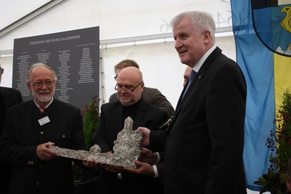 Symbolische Schlüsselübergabe von Architekt Peter Brückner (Mitte) an Bürgermeister Herbert Bauer mit Ministerpräsident Seehofer (Foto: Hans Eibauer)