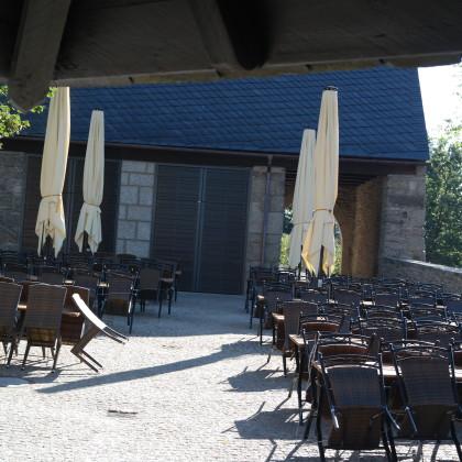 Torhaus mit Biergarten